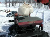 散布機に500kgパックを二つ入れます