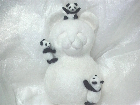 パンダ雪だるまと子パンダたち
