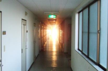 とある廊下の夕景