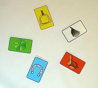 レース・ギャロッポ:カードを出す