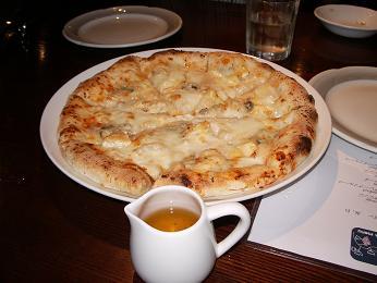 ゴルゴンゾーラピザにメープルシロップ