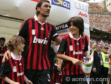 パパのサンシーロ最後の試合を見に来た、マルディーニの息子たち。。かわいいな~~~♪