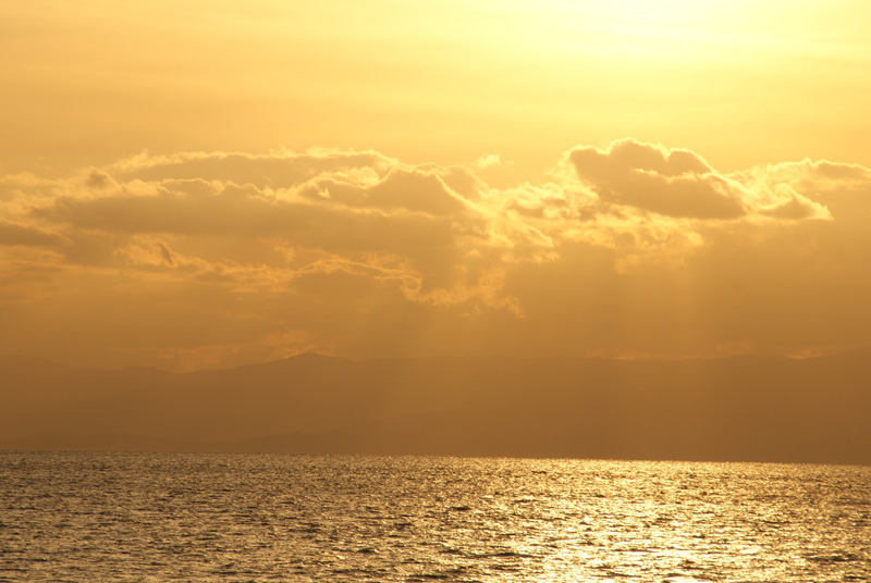 雲と夕日と海
