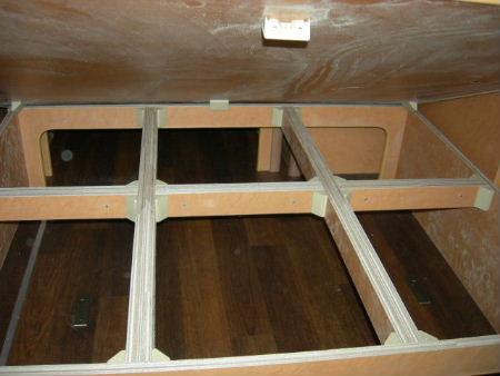 床下収納の上に木枠