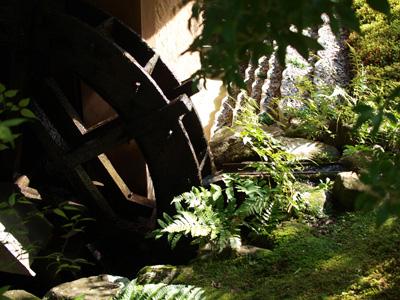 依水園の水車