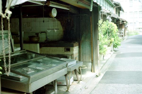 裏路地の魚屋