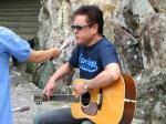 ギターを持って歌うkeiさん