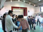 盲学校9(たくさんの生徒から握手を求められるkeiさん)