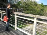 大瀬小9(吊り橋からの景色を感じているkeiさん)