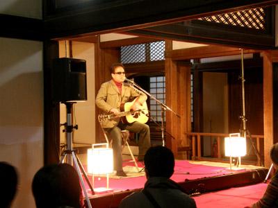 高知城ライブ(正殿の間をステージに歌うkeiさん)