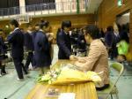 忠生中学校(生徒と握手するkeiさん1)