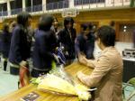 忠生中学校(生徒と握手するkeiさん2)