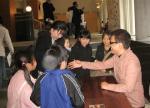 子供達から握手を求められるkeiさん