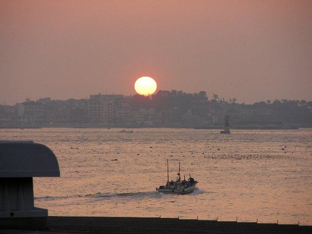 日間賀島の朝日