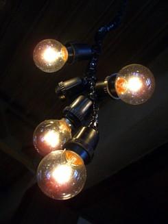 天井からは無造作に裸電球