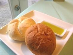 パン 岩塩とオリーブオイルを添えて