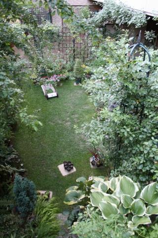 階段から見下ろした芝庭1