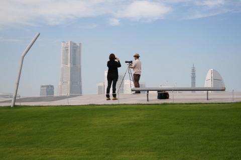 写真撮影するカップル