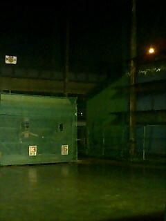 小雨振る夜のバッティングセンター