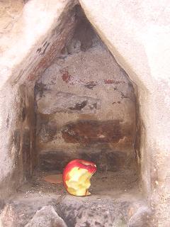廃墟とリンゴ