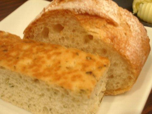 パンも自家製。お替りも自由