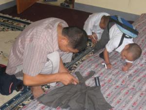 制服を縫う父
