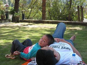 小川先生グワバを食べて一休み