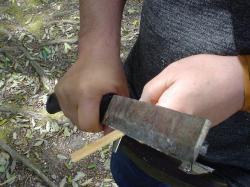 鉈で竹とんぼ作り