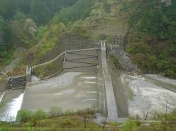 松川ダム上の巨大堰堤