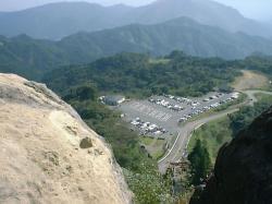 轟岩から駐車場を見下ろす