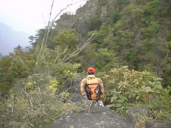 すべり台状の岩の上にいるツッキーさん