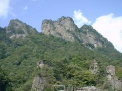 轟岩から金洞山を見上げる