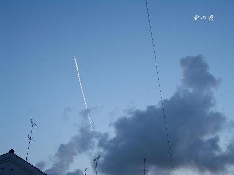 まっすぐに伸びる飛行機雲。