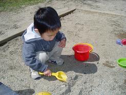 砂遊びに夢中♪
