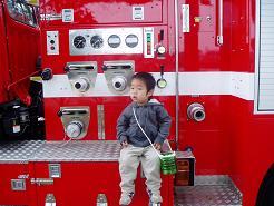消防車に座って♪