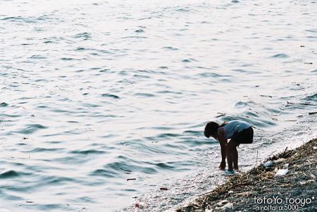 海と戯れる女の子