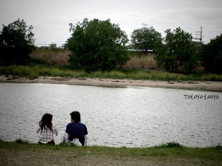 河辺のカップル