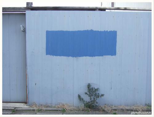 青ペンキのカベ