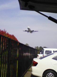 もうすぐ着陸の飛行機