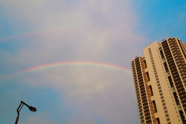 マンションと虹