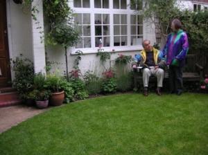 小庭の円芝