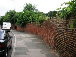 ブッシーパークの塀