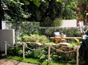 庭にテーブルと椅子
