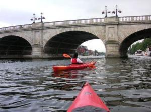 橋の中に突入