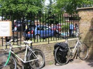 自転車は柵にくくり付ける