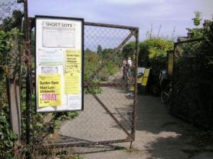 Short Lotの門
