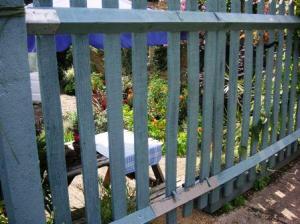 すぐ向こうに家の裏庭。通用門。