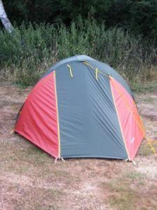 何年ぶりかで張ったテントは歪んでる。