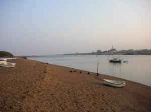 砂浜に置き去りにされた船。