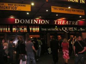 劇場玄関前